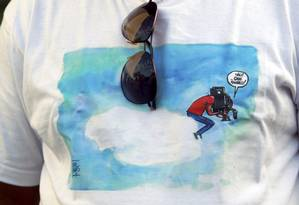 Colega de trabalho de Santiago Andrade vai a velório com uma camisa em que homenageia o cinegrafista Foto: Gabriel de Paiva / O Globo