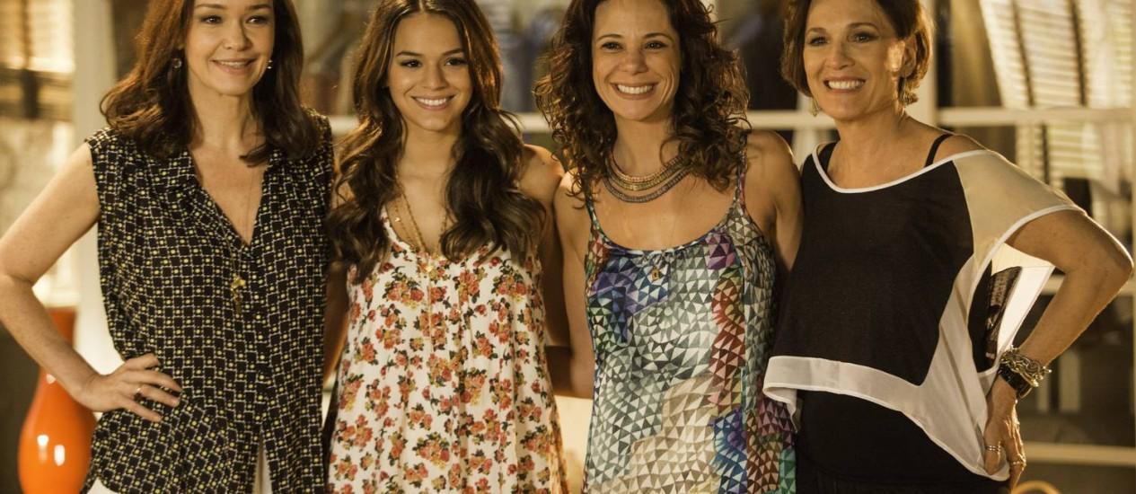 Julia Lemmertz, Bruna Marquezine, Vanessa Gerbelli e Natália do Vale nos bastidores Foto: Fabio Seixo/ O Globo