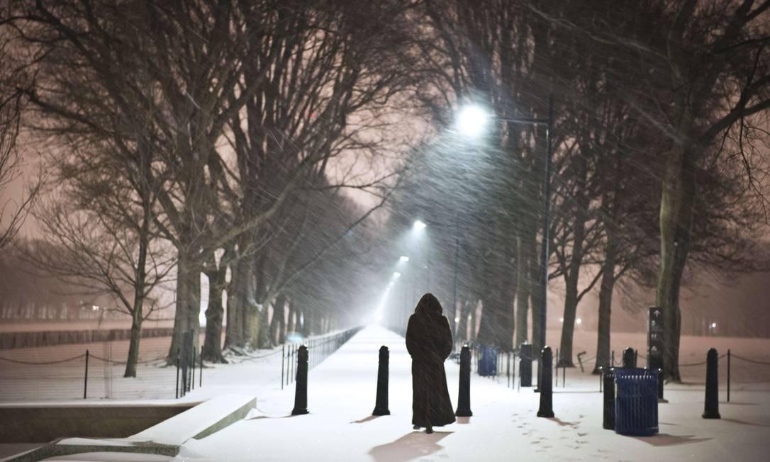 Mulher caminha em frente ao Lincoln Memorial, em Washington MLADEN ANTONOV / AFP