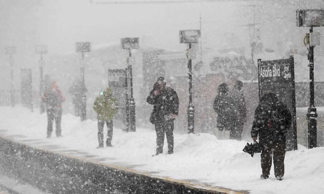 Passageiros esperam por um trem, no Queens, em Nova York JOSHUA LOTT / REUTERS