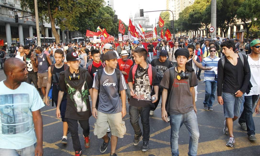 Black blocs seguem à frente de manifestação no Centro Foto: Marcelo Carnaval / Agência O Globo
