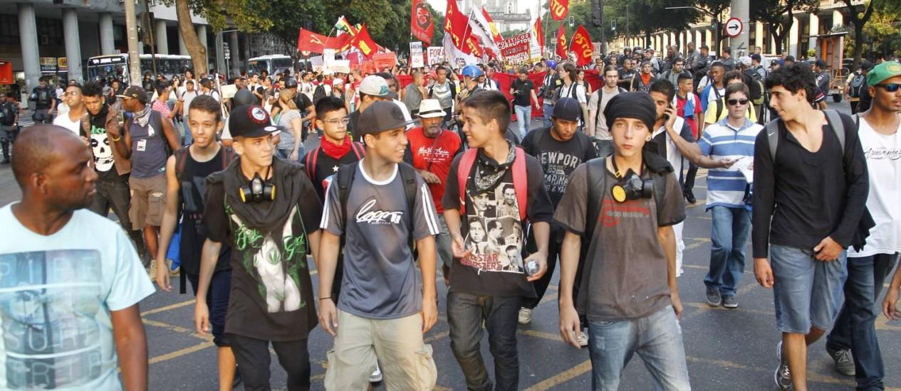Black blocs reunidos na frente de manifestação no Centro Foto: Marcelo Carnaval / Agência O Globo
