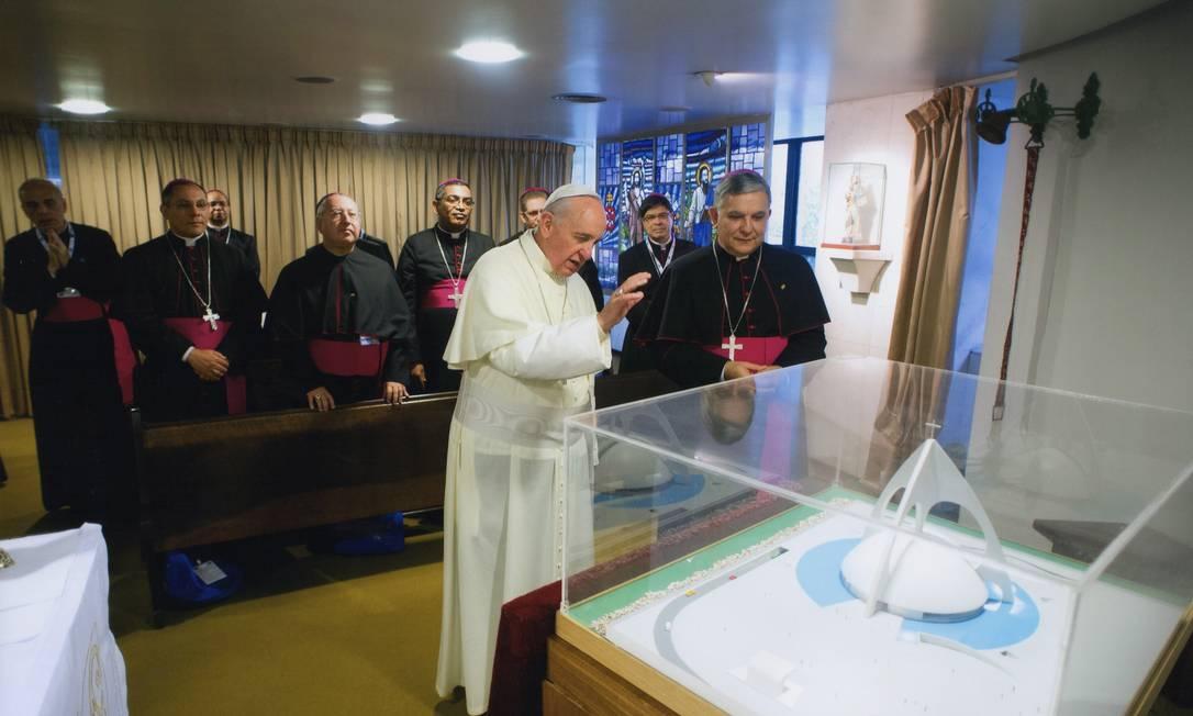 Benção. Papa Francisco abençoa a maquete da nova catedral de São João Batista ao lado de D. José durante da Jornada Mundial da Juventude, em julho do ano passado Foto: Terceiro / Divulgação
