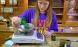 Vendedora pesa maconha em loja no Colorado, onde uso recreativo é permitido