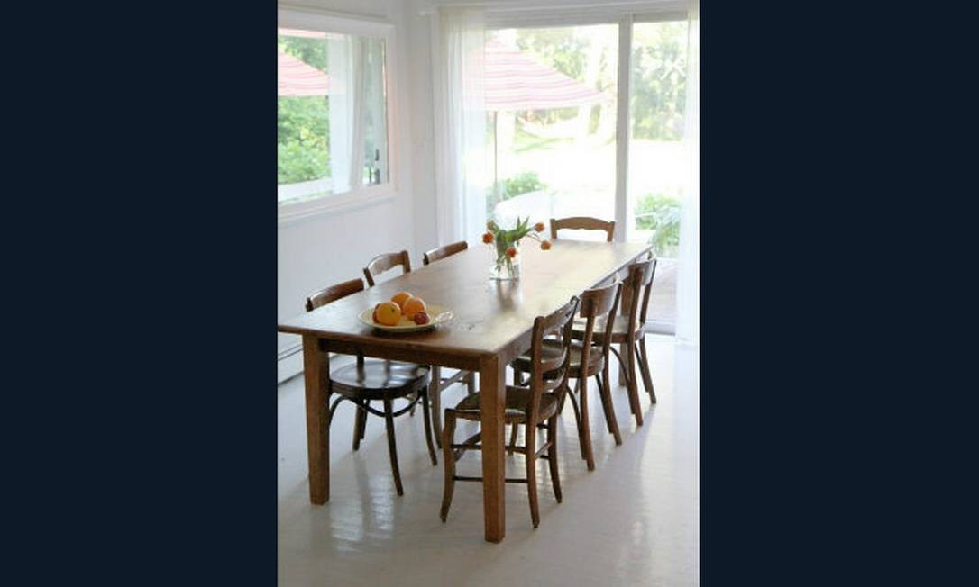 O piso de tábuas de madeira foram pintadas de branco e a casa ficou mais alegre Foto: Apartment Therapy