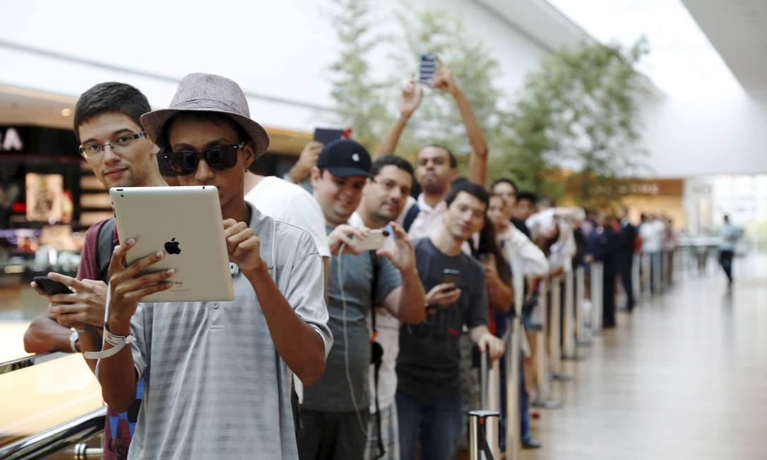 À espera: fãs na fila no Village Mall, que começou a se formar às 11h de sexta-feira Foto: Camilla Maia / Agência O Globo