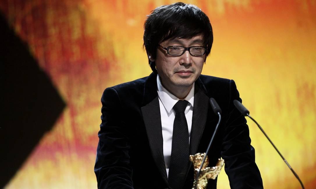 """O diretor Diao Yinan recebe o Urso de Ouro pelo filme """"Black Coal, Thin Ice"""" durante a 64º cerimônia do Festival de Berlim Foto: REUTERS"""