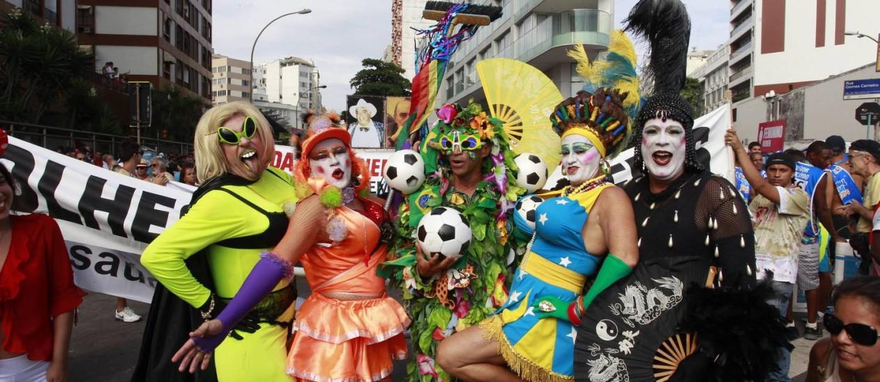 Foliões da banda costumam ousar na irreverência Foto: Domingos Peixoto / Agência O Globo