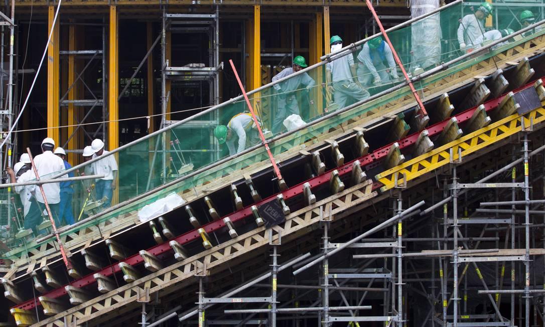 Operários trabalham na construção do novo museu Foto: Mônica Imbuzeiro/O Globo