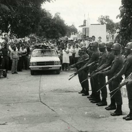 Enterro do sargento Guilherme do Rosário foi enterrado no Cemitério de Irajá Foto: O Globo