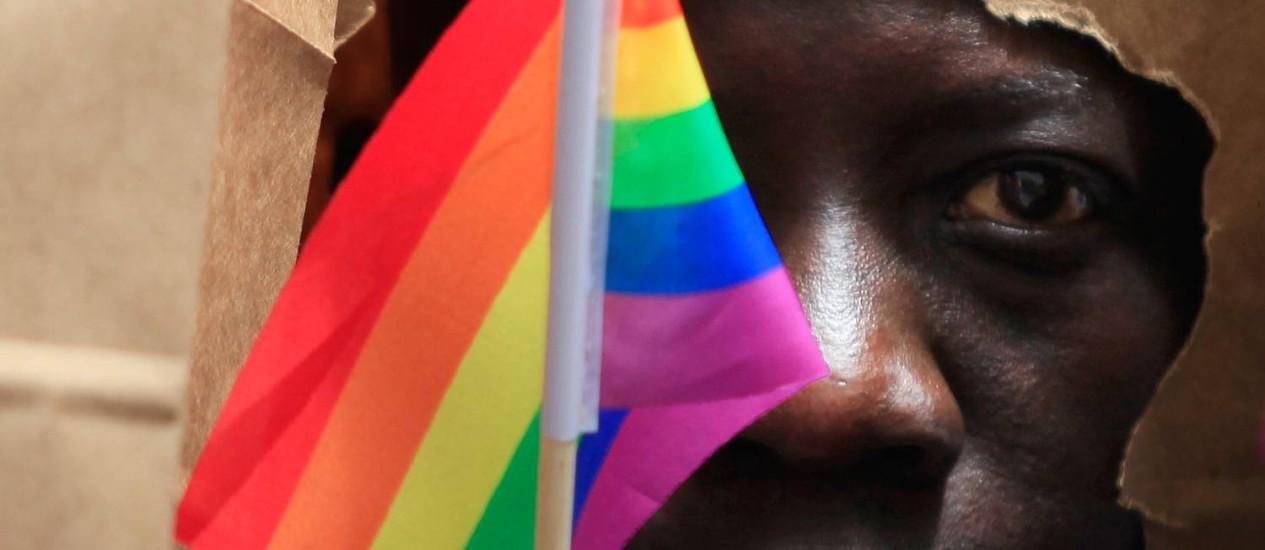 Homem de Uganda cobre rosto para proteger identidade em parada gay em Boston: público LGBT vira alvo de manobras políticas em países da África Foto: Reuters/8-6-2013