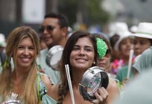 A bateria do Me Esquece é uma das maiores do carnaval de rua do Rio Foto: Hudson Pontes / Agência O Globo