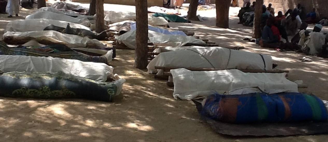 Corpos de mortos em massacre da semana passada na vila de Konduga, também no Nordeste da Nigéria, são preparados para serem enterrados Foto: AFP