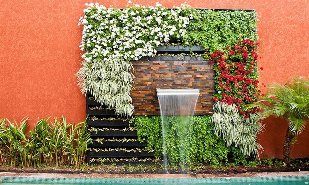 Uma parede de plantas para amenizar o calor no projeto de Juliana Freitas para área externa Foto: Divulgação