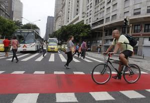 Cariocas adotam bicicletas para tentar escapar do trânsito complicado com as novas mudanças viárias no Centro do Rio Foto: Márcia Foletto / Agência O Globo