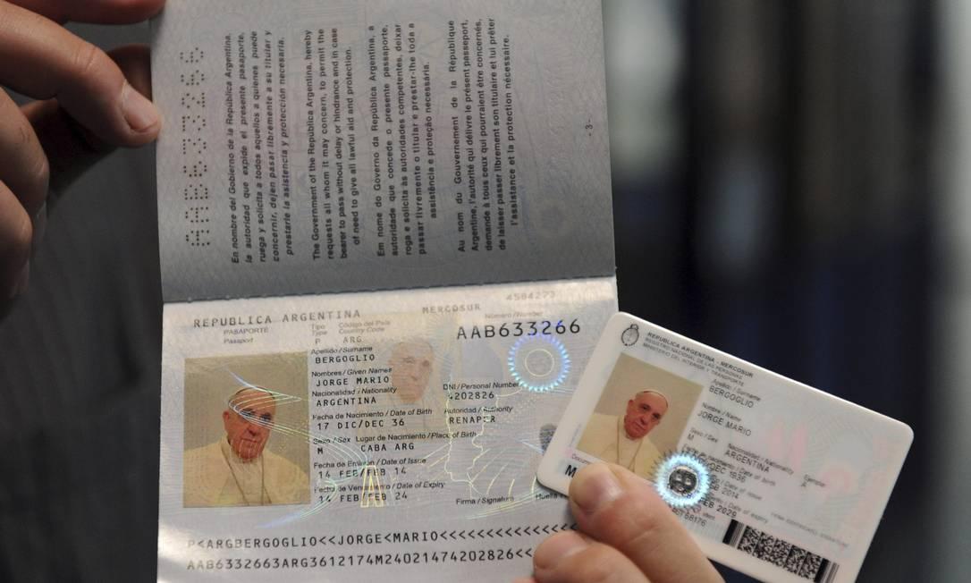 Os novos passaporte e carteira de identidade do Papa Francisco: como um cidadão argentino comum Foto: HANDOUT / REUTERS