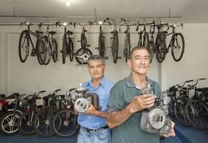 CA Sao Goncalo (RJ) 14/02/2014 - Museu de ciclomotores em Sao Goncalo. Na foto, os proprietarios do acervo, os irmaos portugueses Leandro e Antonio Franco. Foto: Leo Martins / Agencia O Globo Foto: Leo Martins / Agência O Globo