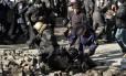 Manifestantes derrubam policial na Praça da Independência, em Kiev.
