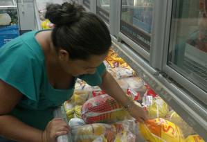 No mercado. Consumidora escolhe frango da Sadia: marca busca reposicionamento Foto: Agência O Globo