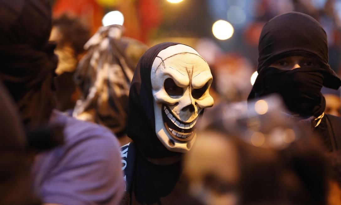 Mascarados em manifestação de professores no Centro do Rio Foto: Alexandre Cassiano / Agência O Globo (15/10/2013)