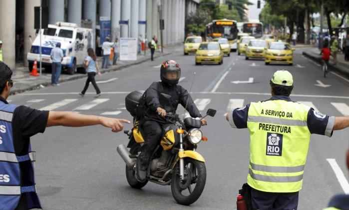 Motociclista é orientado por agentes de trânsito na esquina das avenidas Presidente Vargas Rio Branco Márcia Foletto / Agência O Globo