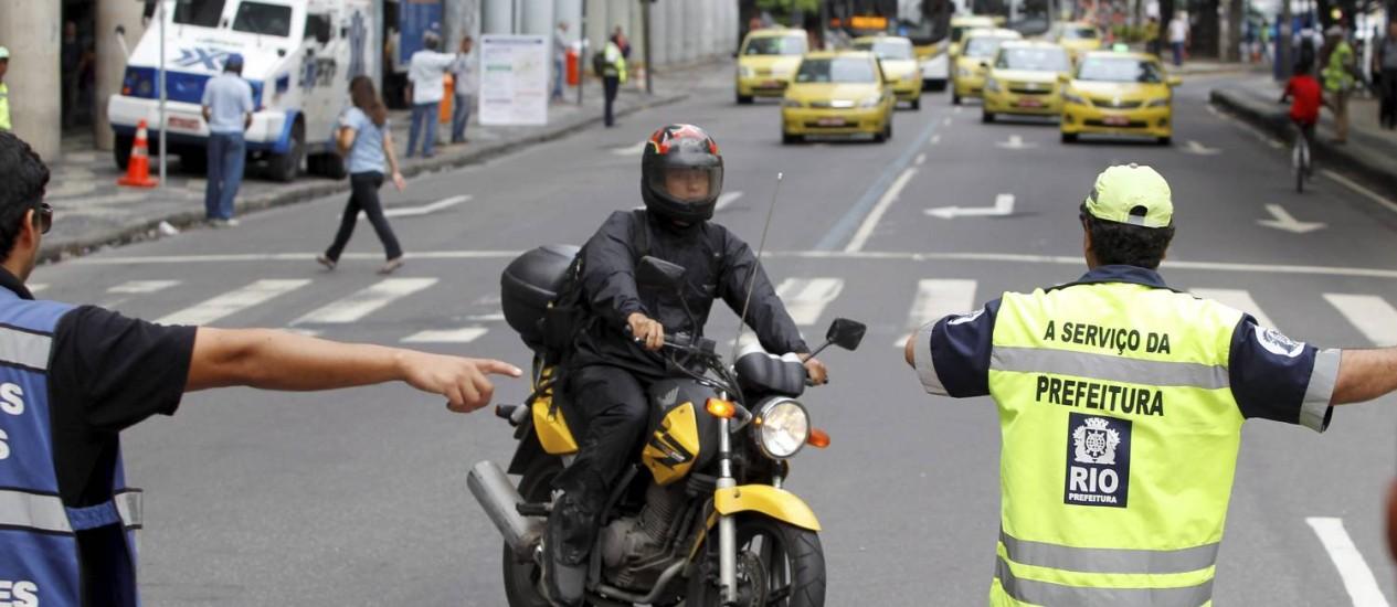 Motociclista é orientado por agentes de trânsito na esquina das avenidas Presidente Vargas e Rio Branco (fevereiro de 2014) Foto: Márcia Foletto / Agência O Globo