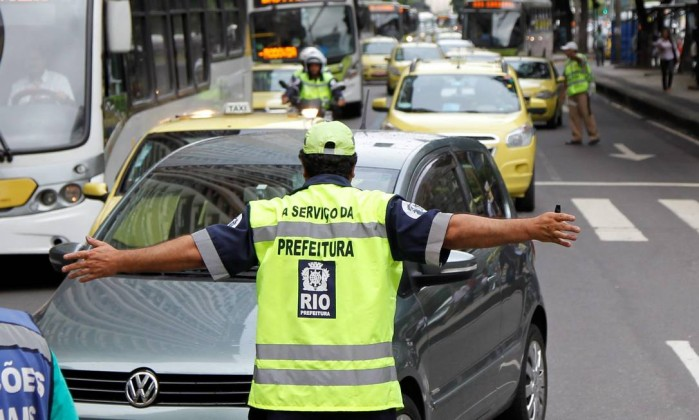 Mesmo com horário de circulação restrito, motorista de carro de passeio tenta acessar a Avenida Rio Branco, no terceiro dia útil de mudanças Márcia Foletto / Agência O Globo