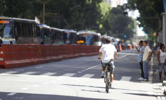 Ciclista pedala na Avenida Rio Branco na manhã desta quarta-feira Márcia Foletto / Agência O Globo