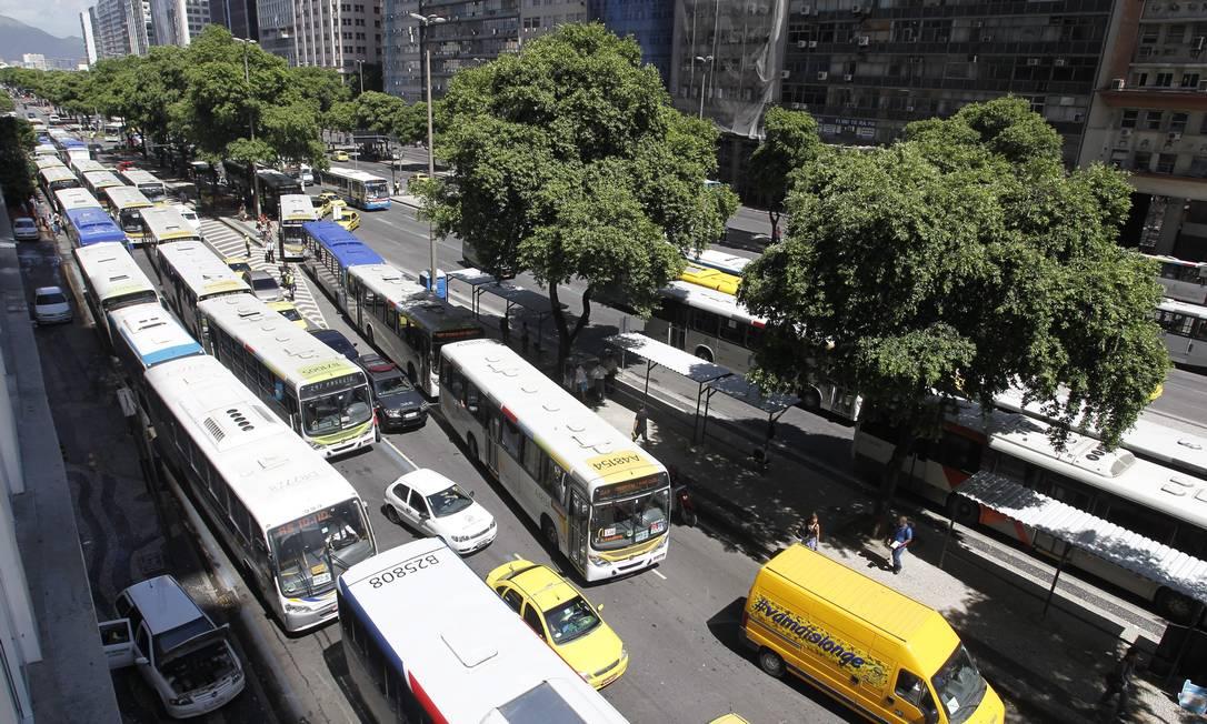 A pista lateral da Avenida Presidente Vargas com trânsito lento no terceiro dia útil de mudanças no tráfego do Centro Márcia Foletto / Agência O Globo