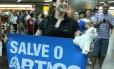 Ativista ao desembarcar no aeroporto de Guarulhos, após ficar detida na Rússia