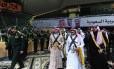 """Segundo vice-primeiro-ministro da Arábia Saudita, Muqrin bin Abdulaziz acompanha o príncipe Charles, do Reino Unido, após a sua chegada para participar da tradicional dança saudita conhecida como """"Arda"""" durante o festival de cultura Janadriya, em Riad"""