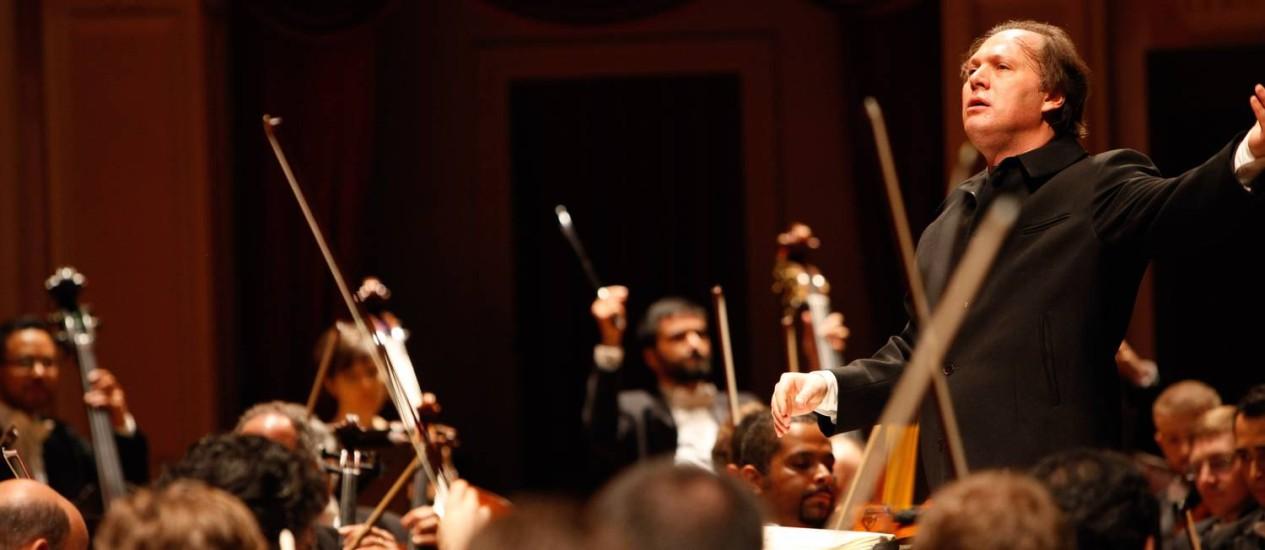 O maestro Roberto Minczuk regendo a OSB na temporada de 2013 Foto: Divulgação