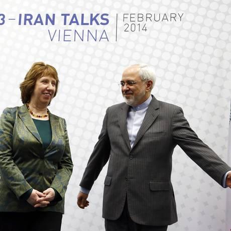 A chefe da política externa da União Europeia, Catherine Ashton, e o chanceler iraniano Javad Zarif Foto: REUTERS