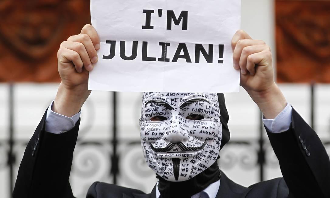 Apoiador do WikiLeaks protesta do lado de fora da Embaixada do Equador em Londres Foto: Sang Tan/AP