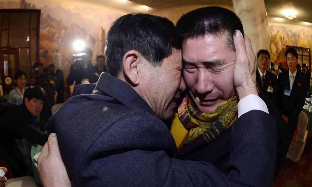 Os irmãos Park Yang-gon (à direita) e Park Yang-su choram no reencontro Foto: NEWS1 / REUTERS