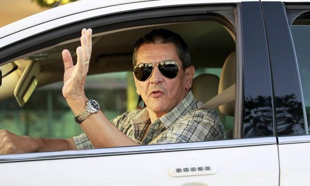 Roberto Jefferson acena de dentro do carro Foto: Marcelo Piu / O Globo