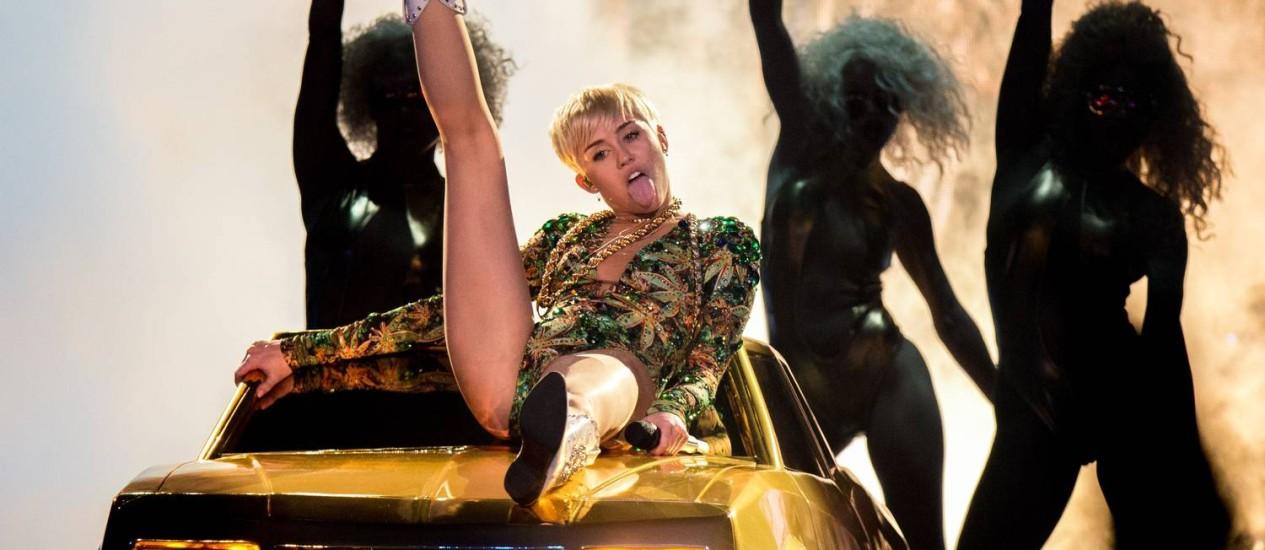 """Miley Cyrus em show da turnê """"Bangerz"""", em Anaheim, na Califórnia: gestos obscenos e referência a maconha Foto: Christopher Polk / AFP"""