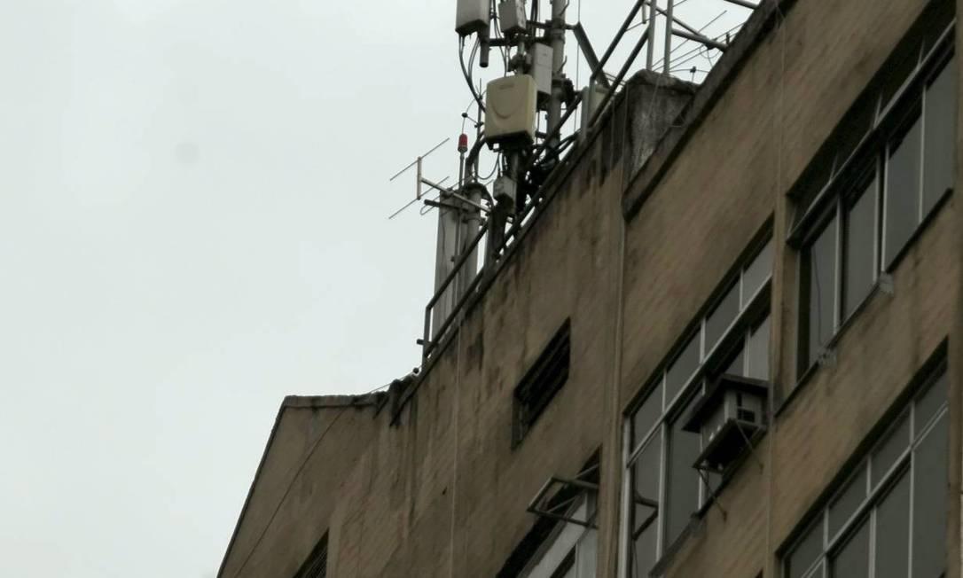 Antena de celular em prédio do Centro do Rio Foto: Gustavo Stephan / O Globo