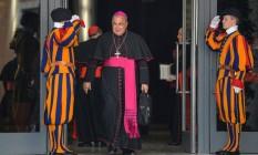 Dom Orani passa por guardas no Vaticano Foto: AFP PHOTO / ANDREAS SOLARO