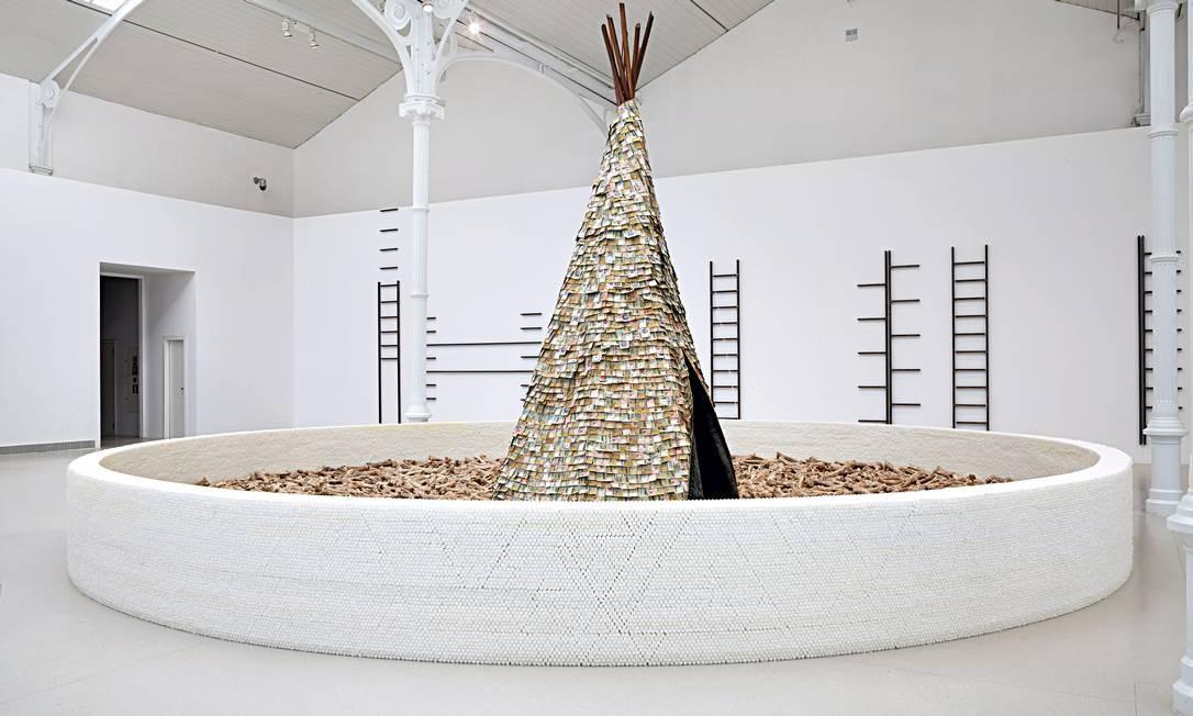 """Para a instalação """"Olvido"""" (1987/1989), Cildo Meireles criou uma tenda indígena com 6 mil cédulas de países americanos, três toneladas de ossos de boi, quase 70 mil velas de parafina, além de carvão vegetal Foto: Divulgação"""