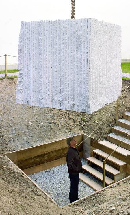 """Em """"Nós, formigas"""" (1985-2013), Cildo Meireles suspende uma enorme pedra de granito e cava um buraco para que o espectador possa ficar exatamente sob o imenso bloco Foto: Divulgação"""