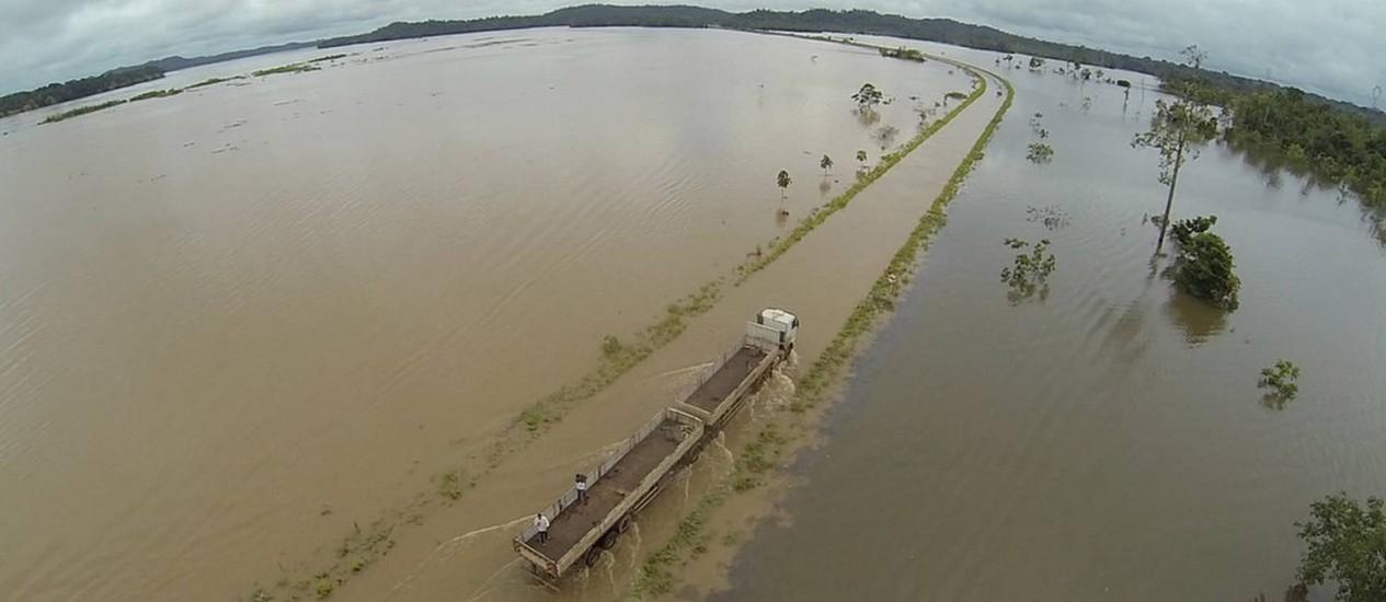 Rio invadiu a rodovia, que liga Rondônia ao Acre - Foto: Divulgação