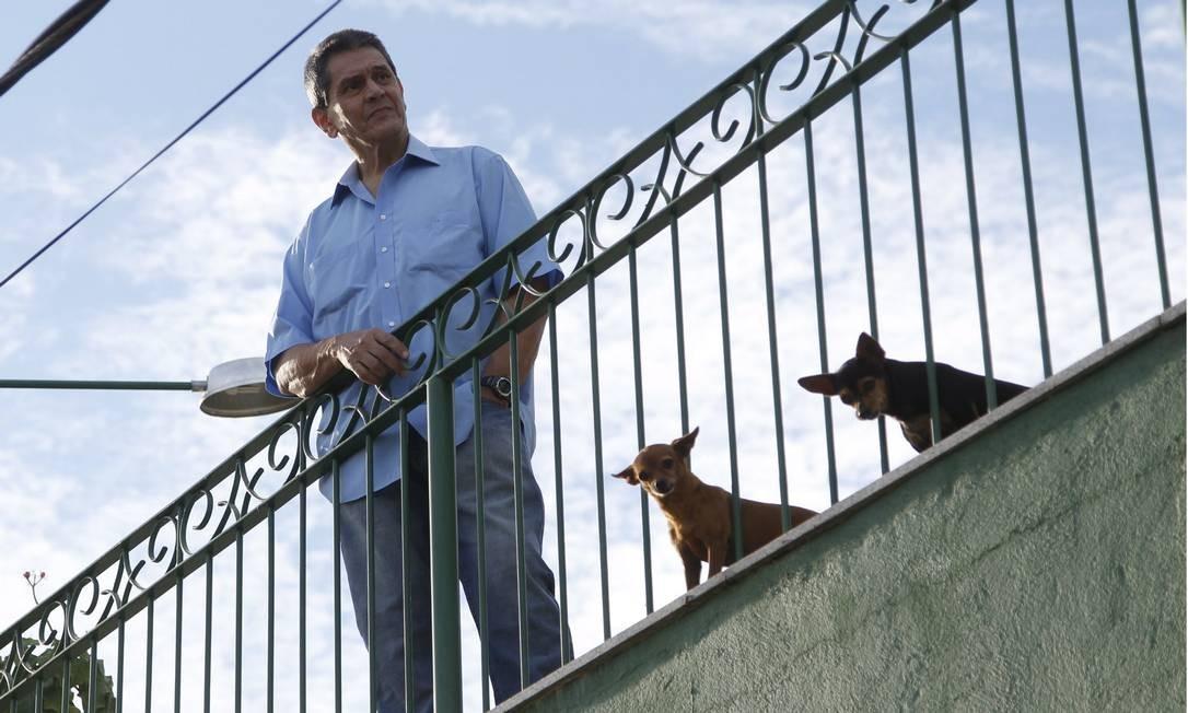 Ex-deputado Roberto Jefferson vai até a sacada de sua casa para perguntar aos policiais se sua ordem de prisão já havia chegado Foto: Marcelo Carnaval / Agência O Globo