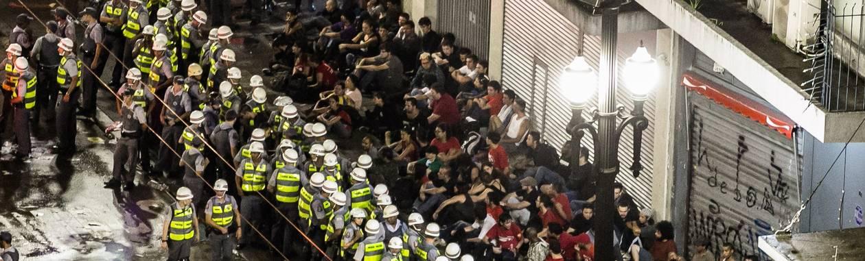 Polícia cercas manifestantes durante protesto em São Paulo, na noite deste sábado Foto: Agência O Globo
