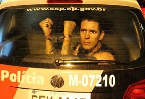Detido durante manifestação chega em viatura a 78ª DP. Sessenta foram liberados na manhã de domingo Foto: Marcos Alves / Agência O Globo