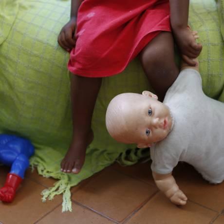 Cuidados. Crianças recebem atendimento médico e carinho no novo abrigo Foto: Simone Marinho / Simone marinho