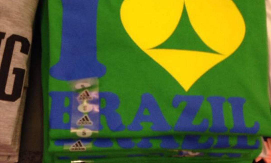 Uma das camisas vendidas em São Francisco com apelo sexual vinculado à Copa Foto: Flávia Pierry / O Globo
