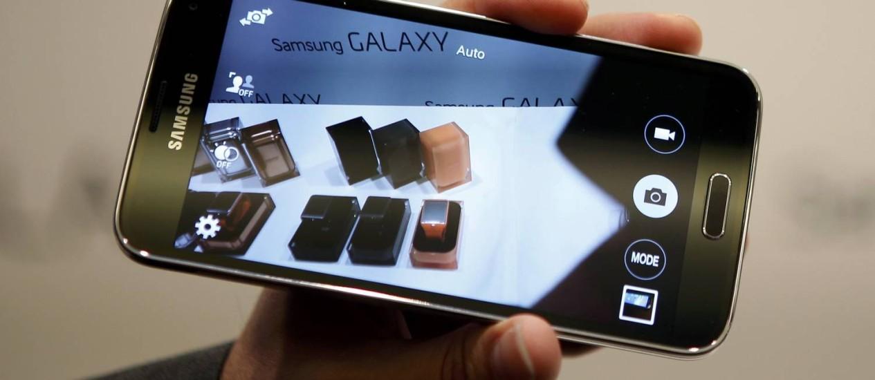 O novo Samsung Galaxy S5 é apresentado no Mobile World Congress, em Barcelona Foto: ALBERT GEA / REUTERS