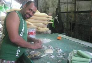 Eduardo Pinho no barracão do Império Serrano: voluntário após o expediente Foto: Rafaella Javoski