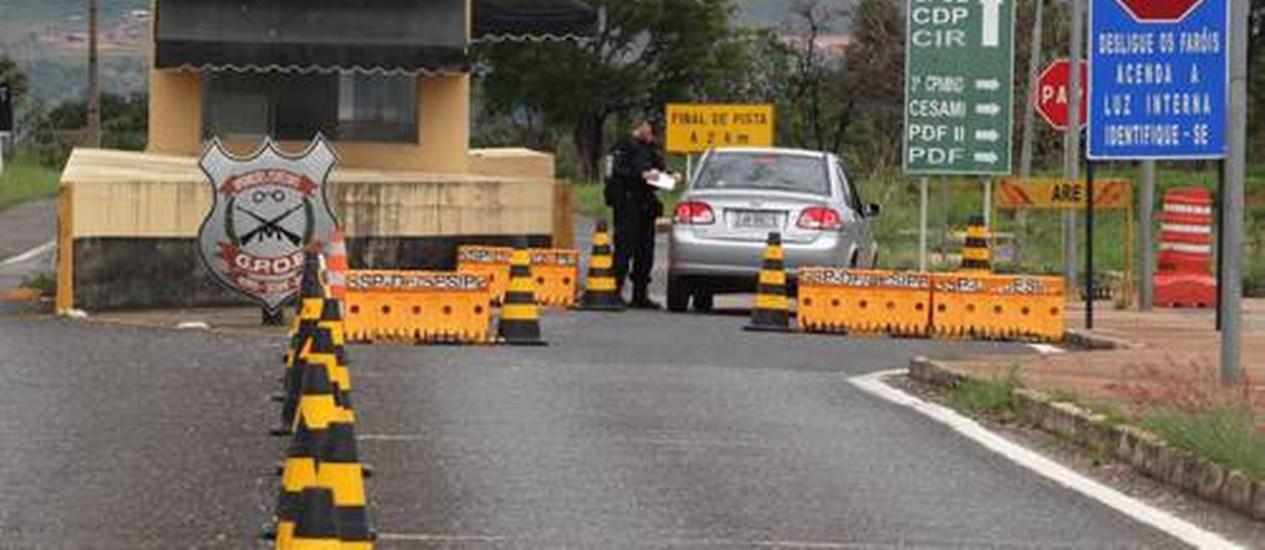 Acesso ao Complexo Penintenciário da Papuda, em Brasília Foto: O Globo / Givaldo Barboda - 22/02/2014